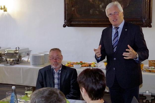 Zum Jubiläum dankte der Kaller Bürgermeister Herbert Radermacher den freiwilligen Tafel-Mitarbeitern für ihr Engagement. Foto: Johannes Mager/pp/Agentur ProfiPress