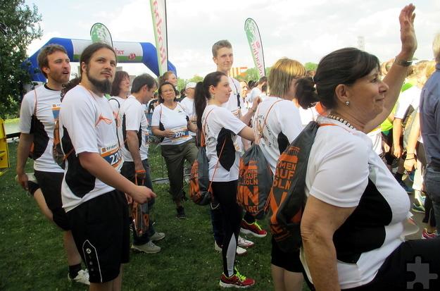 """Zusammen mit mehr als 6.300 Teilnehmern bereiteten sich die """"Haus Sonne Runners"""" mit angeleiteten Dehnübungen auf den Lauf vor. Foto: Privat/pp/Agentur ProfiPress"""