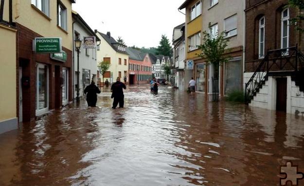 Meterhoch stand in den Straßen des historischen Ortskerns von Kommern das Wasser. Foto: Nicole Reipen/pp/Agentur ProfiPress