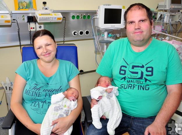 Niklas und Timo Lethert mit ihren Eltern, die nun insgesamt fünf Söhne haben. Foto: Jennifer Grundtner/Krankenhaus Mechernich/pp/Agentur ProfiPress