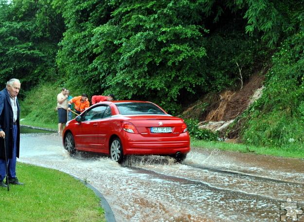 An mehreren Stellen kam es zu Erdrutschen, hier an der Landesstraße 264 in Bleibuir. An der Stelle rutsche eine halbe Stunde später ein großer Baum ab und versperrte die Fahrbahn. Foto: Renate Hotse/pp/Agentur ProfiPress
