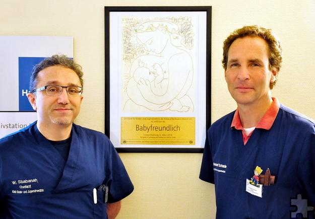 """Die Chefärzte Dr. Herbert Schade und Wael Shabanah sind stolz auf die kürzlich verliehene Auszeichnung, die das Kreiskrankenhaus Mechernich sowohl als """"Babyfreundliche Kinderklinik"""" als auch als """"Babyfreundliche Geburtsklinik"""" zertifiziert. Diese Doppelauszeichnung gibt es nur viermal in ganz Deutschland. Foto: Jennifer Grundtner/Krankenhaus Mechernich/pp/Agentur ProfiPress"""