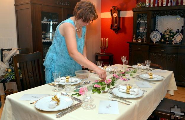 Für die Tischdekoration pflückte Gabriele kurz vor dem Dinner die Rosenblüten. Foto: Sarah Winter/pp/Agentur ProfiPress