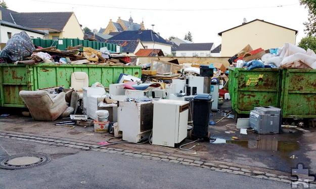 Containerweise musste der vom Hochwasser zerstörte Hausrat vieler Bürger auf die Deponie gebracht werden. Foto: Nicole Reipen/pp/Agentur ProfiPress