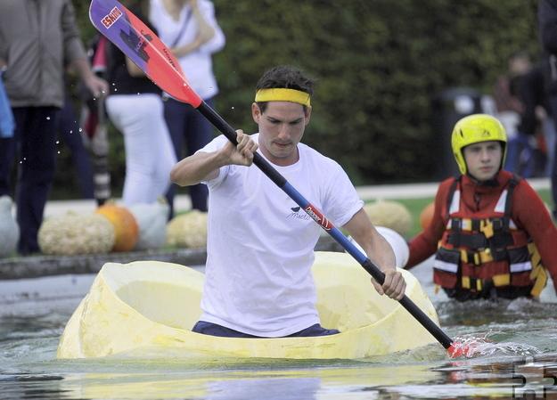 In riesigen ausgehöhlten Kürbissen paddeln die Teilnehmer der Regatta am Sonntag, 25. September um die Wette. Foto: Krewelshof/pp/Agentur ProfiPress