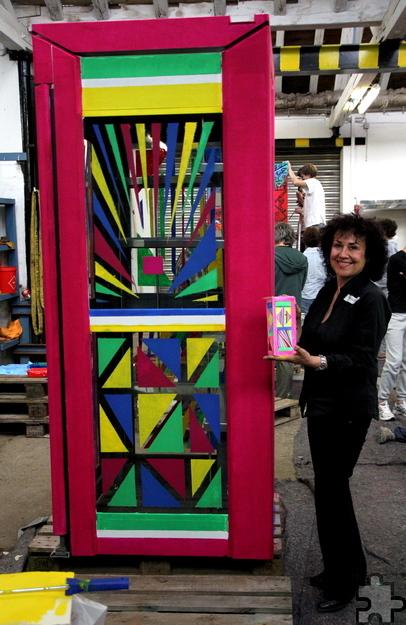 Um Rhythmus und die Reihung von Büchern ging es der kölsch-polnischen Künstlerin Wieslawa Stachel bei der von ihr gestalteten Telefonzelle. Foto: Thomas Schmitz/pp/Agentur ProfiPress