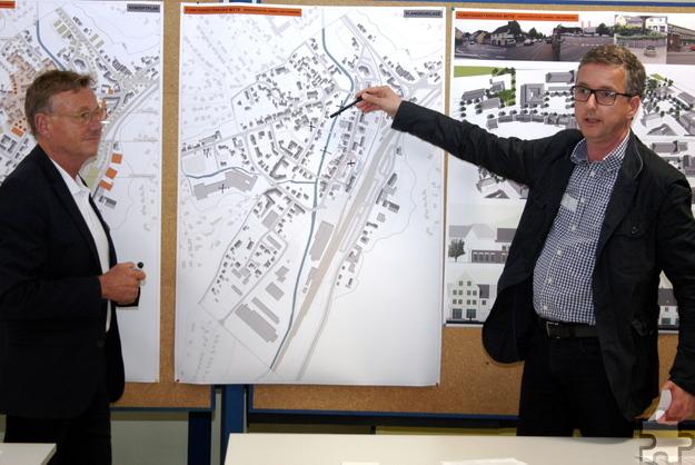 Rolf Westerheide von der Technischen Hochschule Aachen (links) leitete eine der Arbeitsgruppen, hier mit dem Kaller Apotheker Jürgen Lutsch. Foto: Steffi Tucholke/pp/Agentur ProfiPress