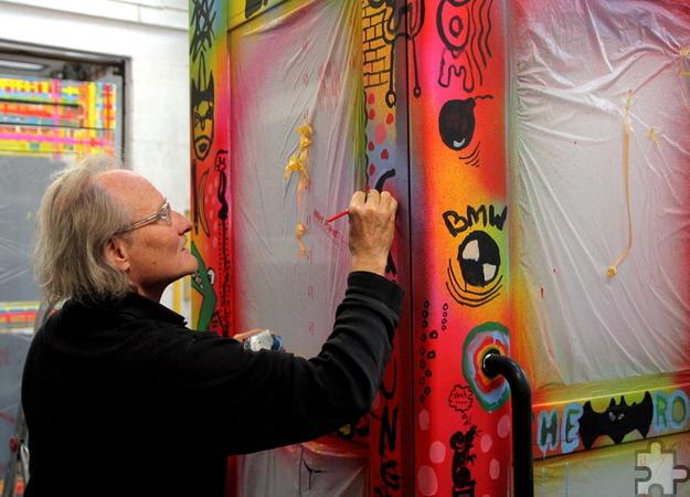 Auf der von Michael Koch gestalteten Telefonzelle durften sich die Kinder größtenteils frei austoben. So entstand eine Dokumentation der Gegenwart. Foto: Thomas Schmitz/pp/Agentur ProfiPress