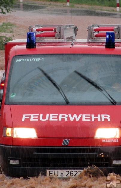 """Pausenlos war die Feuerwehr im Einsatz. Von 584 Notrufen, die bei der Rettungsleitstelle des Kreises Euskirchen eingingen, kamen 557 aus dem Stadtgebiet Mechernich. Besonders entlang des Bleibachs herrschte """"Land unter"""". Foto: Sabine Roggendorf/pp/Agentur ProfiPress"""