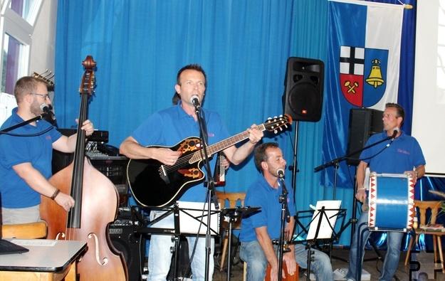 """Zu der Eiserfeyer Band """"De Vänte"""", die von dem inzwischen verstorbenen Peter Feld und seinen Söhnen Manfred (Gitarre) und Robert (Drums) gegründet worden war und die die """"GDG"""" von Anfang an musikalisch begleitete, gehören heute auch Udo Greuel (Quetschböggel), Albin Hamacher (Kontrabass) und René Mastiaux (Carron, Drums). Foto: Beate Heimersheim/pp/Agentur ProfiPress"""