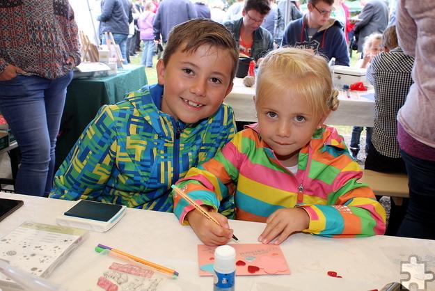 Fingerspitzengefühl zeigte dieses Geschwisterpaar beim Basteln einer Glückwunschkarte. Foto: Steffi Tucholke/pp/Agentur ProfiPress
