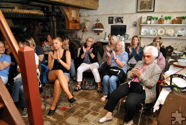 Bis auf den letzten Platz ausverkauft waren die beiden Lesungen im Wohnraum und in der Scheune der Falkensteinsmühle in Eiserfey. Foto: Renate Hotse/pp/Agentur ProfiPress