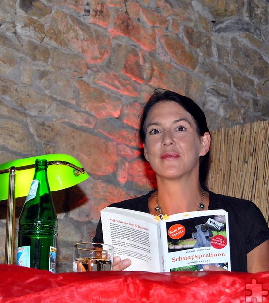 """Sabine Trinkaus wuchs in Glückstadt an der Elbe auf, lebt heute in Alfter und las aus ihrem vierten Kriminalroman """"Schnapspralinen"""". Foto: Renate Hotse/pp/Agentur ProfiPress"""