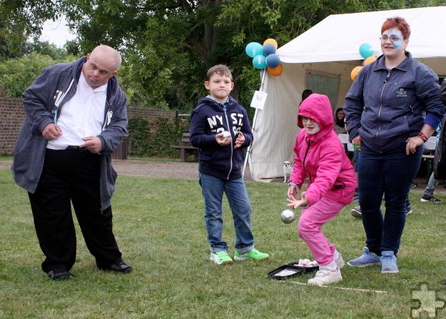 Genau zielen war beim Boule gefragt. Das Spiel war Teil der bayerischen Spaßolympiade. Foto: Steffi Tucholke/pp/Agentur ProfiPress