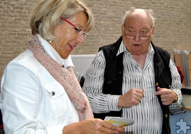 Auch Schulleiterin Dagmar Wertenbruch ließ sich von Wilfried Schlicht in den Denksport Skat einweisen. Foto: Renate Hotse/pp/Agentur ProfiPress