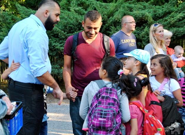 """Die Kaller Firma """"e.s.a. security"""" stellte gleich mehrere Dolmetscher zur Verfügung, die die Kinder durch den Hochwildpark begleiteten. Foto: Renate Hotse/pp/Agentur ProfiPress"""