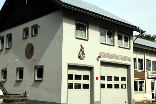 Nachdem die Mitglieder der Löschgruppe Lorbach insgesamt hundert Stunden ehrenamtlicher Anstreicherarbeiten erledigt haben, erstrahlt das Feuerwehr-Domizil neben dem Bürgerhaus jetzt in neuem Glanz.  Foto: Reiner Züll/pp/Agentur ProfiPress
