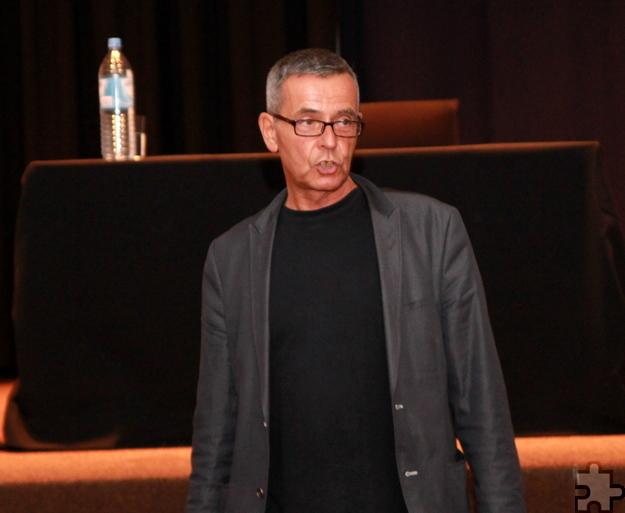 Der Lehrer Christoph Leisten übernahm die Ausrichtung des Abends und begrüßte das Publikum. Foto: Thomas Schmitz/pp/Agentur ProfiPress