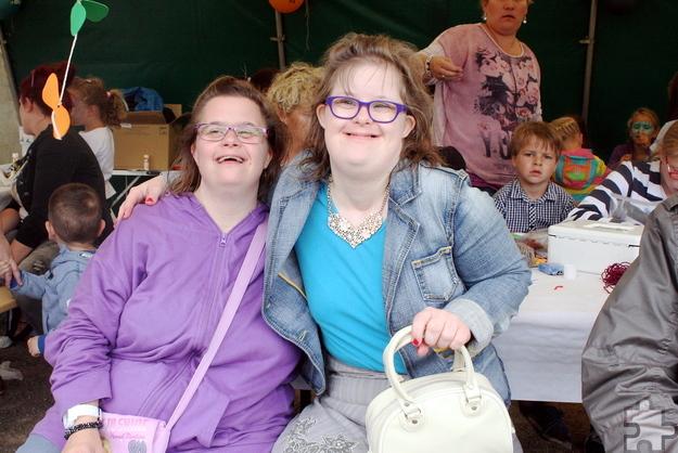 Viel Spaß hatten auch diese beiden jungen Frauen beim gemeinsamen Sommerfest der Lebenshilfe HPZ und der Ortsgemeinschaft Bürvenich-Eppenich. Foto: Steffi Tucholke/pp/Agentur ProfiPress