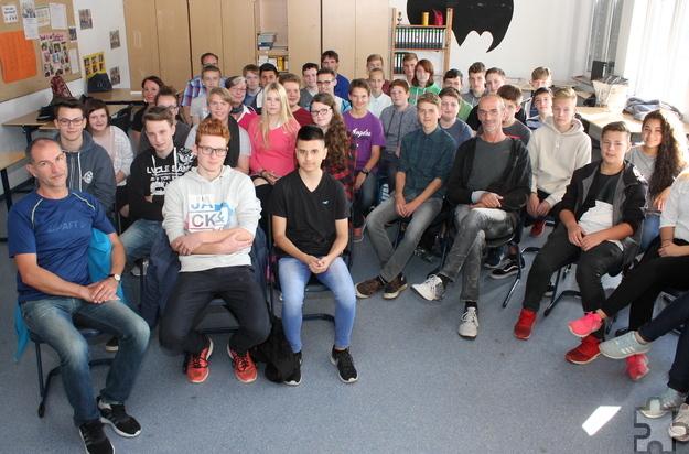 Harald Mießeler (Mitte) stellte sich den Fragen der Schüler zu seiner Spielsucht. Foto: Steffi Tucholke/pp/Agentur ProfiPress