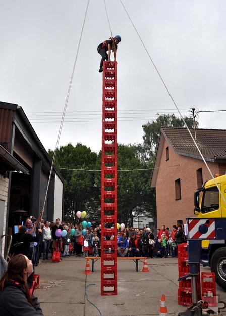 Spannend waren die Wettbewerbe im Kistenstapeln, bei denen die Teilnehmer keine Höhenangst haben durften. Foto: Reiner Züll/pp/Agentur Profipress