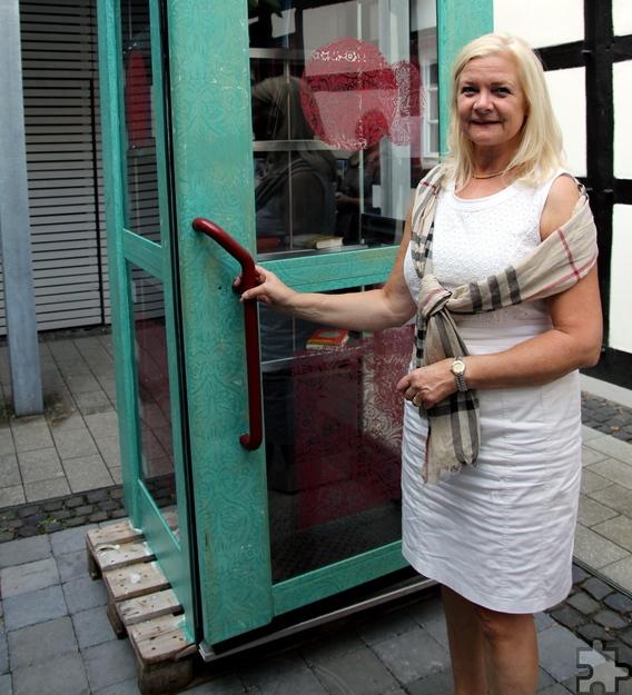 Margareta Ritter, Vorsitzende des Lit.Eifel-Vereins und Bürgermeisterin der Stadt Monschau, übergab sich quasi selbst einen Bücherschrank, der in Konzen aufgestellt wird. Foto: Thomas Schmitz/pp/Agentur ProfiPress