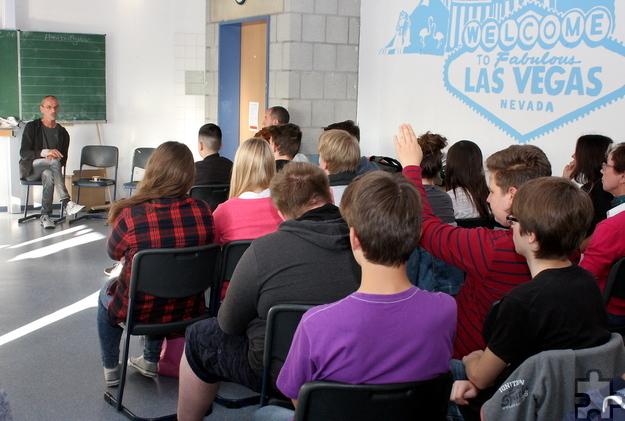 Die Schüler der Mechernicher Realschule im Feytal stellten dem ehemaligen Spielsüchtigen viele Fragen. Foto: Steffi Tucholke/pp/Agentur ProfiPress