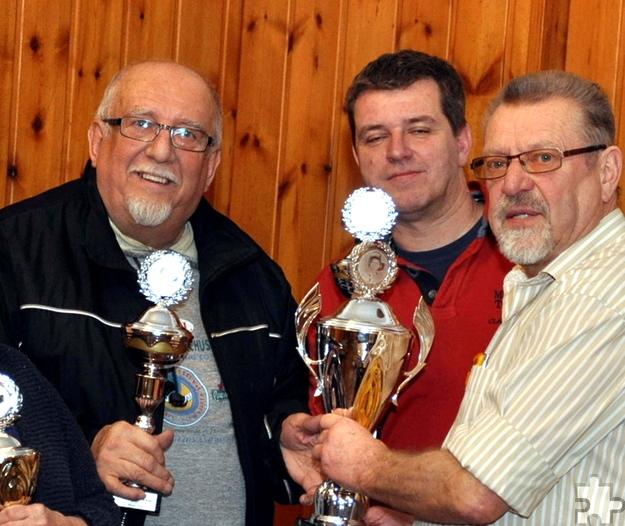 Wolfgang Schüller (links) aus Kommern gewann im März die erste Kaller Schocker-Meisterschaft und tritt nun als Titelverteidiger an. Rechts Turnierleiter Reiner Züll. Foto: Reiner Züll