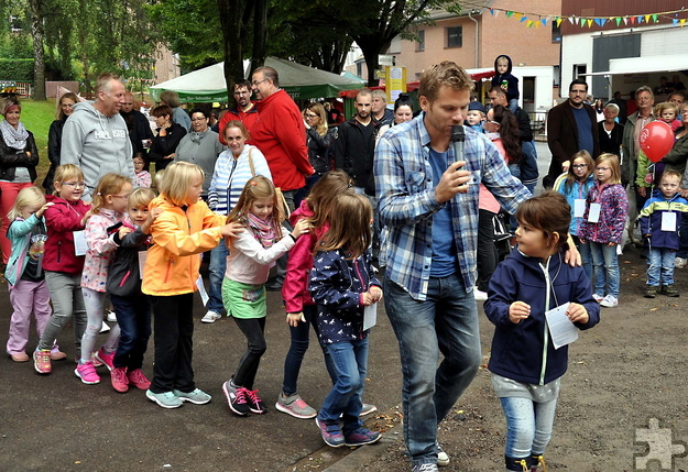 """Wenn der bekannte Liedermacher und Kinderliedersänger Uwe Reetz aus Kommern mit Eifeler """"Pänz"""" das beliebte Traktor-Lied singend loszieht, dann geschieht das in Form einer zünftigen Polonäse. Foto: Reiner Züll/pp/Agentur Profipress"""