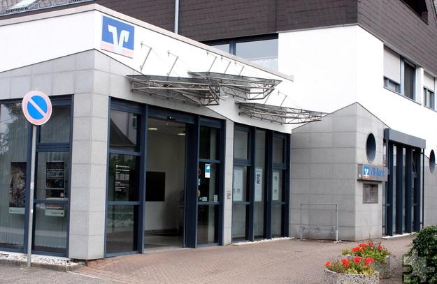Künftig sollen die Foyers der VR-Bank Nordeifel eG – wie hier die Filiale in Kall – nachts zwischen 0 und 5 Uhr geschlossen bleiben. Foto: Steffi Tucholke/pp/Agentur ProfiPress