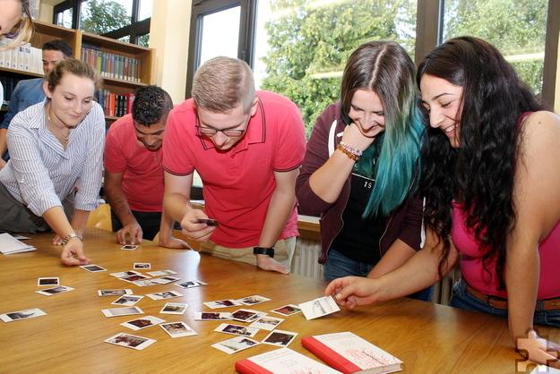Über die Fotos aus ihrem Alltag kamen die Projektteilnehmer miteinander ins Gespräch. Foto: Steffi Tucholke/pp/Agentur ProfiPress