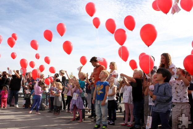 Viele rote Luftballons durften die Kinder steigen lassen. Daran hing eine Einladung an den Finder, die offenen Kurse und Veranstaltungen des Familienzentrums zu besuchen Foto: Steffi Tucholke/pp/Agentur ProfiPress