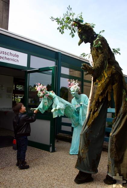 Das Figurentheater Pantao leitete kleine und große Gäste in die Aula der Stephanusschule in Satzvey. Foto: Stephan Everling/pp/Agentur ProfiPress