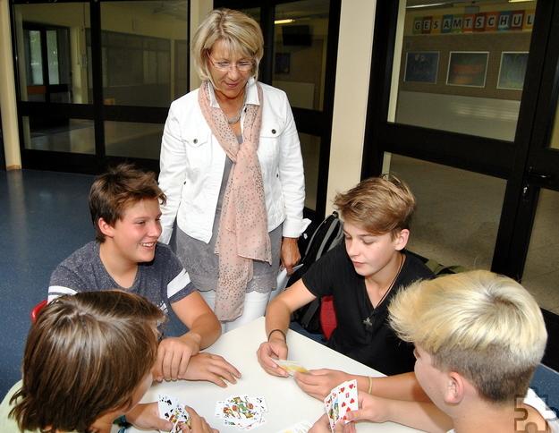 """""""Das Spiel mit leibhaftigen Menschen, denen man in die Augen sehen kann"""", ist für Schulleiterin Dagmar Wertenbruch einer der Vorzüge beim Skat, von denen die Jugendlichen profitieren. Foto: Renate Hotse/pp/Agentur ProfiPress"""