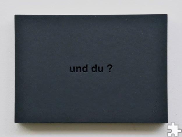"""Die Frage """"Und du?"""", eingefräst in eine schwarze Platte, hält jedem Betrachter den Spiegel vor: Was tun wir und was sind die Auswirkungen unseres Handelns auf andere Menschen? Foto: Jana Assauer/pp/Agentur ProfiPress"""