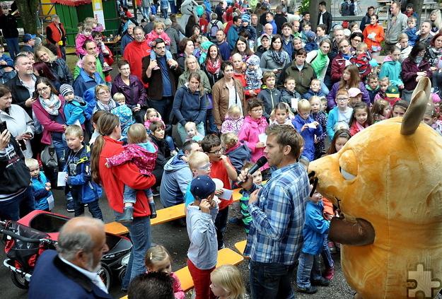 Vor der Lückerather Bühne knubbelten sich die Kinder mit ihren Eltern, als Kinderliedermacher Uwe Reetz mit der WDR-Maus in Aktion trat. Foto: Reiner Züll/pp/Agentur Profipress