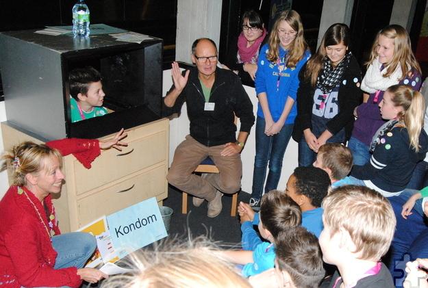 """Mit der """"sturmfreien Bude"""" ist Theo Brocks jedes Jahr beim """"Komm-auf-Tour""""-Projekt für Jugendliche im Kreis Euskirchen in der Zikkurat. Unter seiner Anleitung sprechen die Schüler bei der """"Loveline-TV-Beratung"""" über Verhütung und das erste Mal. Archivfoto: Renate Hotse/pp/Agentur ProfiPress"""