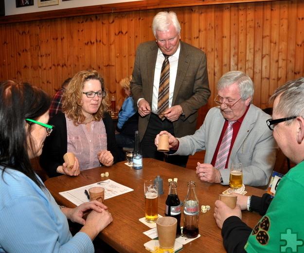 Bürgermeister Herbert Radermacher (Mitte) eröffnete im März dieses Jahres die erste Schocker-Meisterschaft in Kall, an der 40 Würfelartisten teilnahmen. Foto: Reiner Züll
