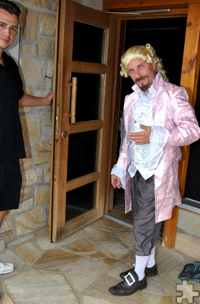Im Mozart-Kostüm absolvierte Detlef Wick seinen Auftritt bei den Titelkämpfen der Sauna-Aufgießer. Foto: Renate Hotse/pp/Agentur ProfiPress