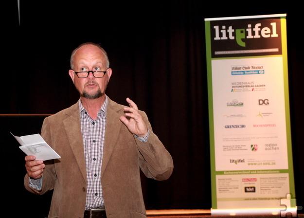 Ralf Kramp, Verleger aus Hillesheim und Mitglied des Programmbeirats der Lit.Eifel, stellte dem Publikum den Bochumer Schriftsteller vor. Foto: Thomas Schmitz/pp/Agentur ProfiPress