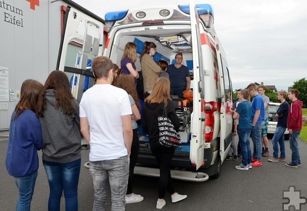 Bei der Fortbildung lernten die Schüler den Innenraum eines Rettungswagens kennen. Foto: Sarah Winter/pp/Agentur ProfiPress