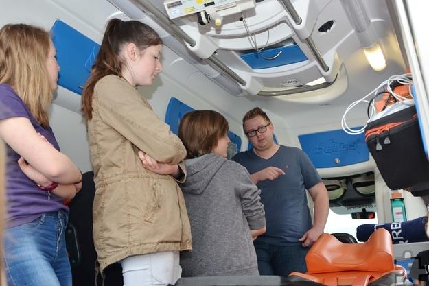 Alexander Heine (r.) vom Roten Kreuz erklärte den Schulsanitätern die Ausstattung des Rettungswagens. Foto: Sarah Winter/pp/Agentur ProfiPress