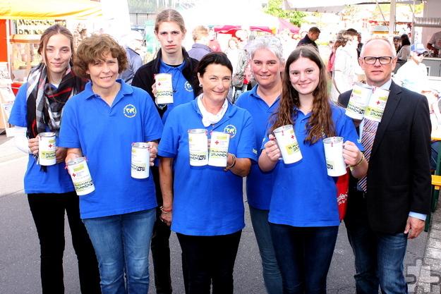 Mehr als 700 Euro sammelten die Jugendlichen der Mechernicher Weltjugendtagsgruppe für die Mechernich-Stiftung zugunsten der Hochwasser-Opfer. Foto: Steffi Tucholke/pp/Agentur ProfiPress