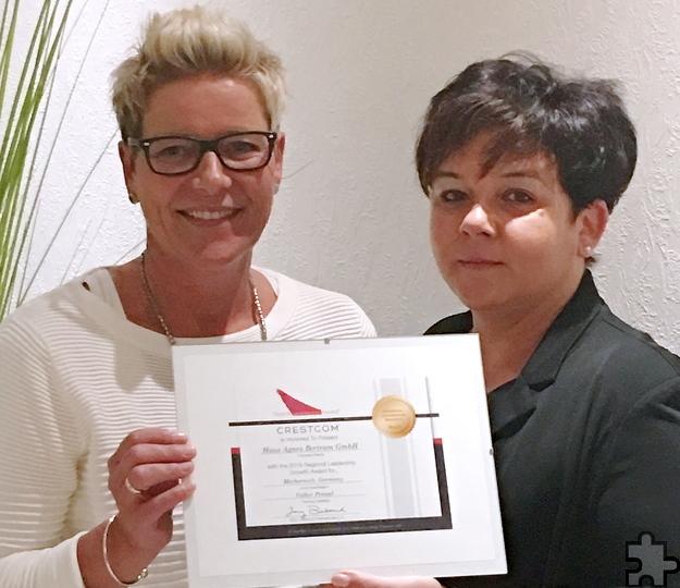 Pflegedienstleiterin Daniela Schmidt (l.) und Geschäftsführerin Manuela Regh freuen sich über die Auszeichnung des Hauses Agnes Bertram. Foto: Business-Akademie Bonn/pp/Agentur ProfiPress