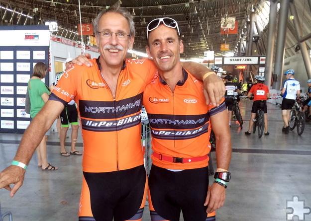 Helmut Wolf (links) und Roland Woywod schafften es im Zweier-Team bei der Zwölf Stunden Mountainbike Weltmeisterschaft auf den ersten Platz. Foto: Privat/pp/Agentur ProfiPress
