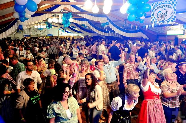 Beim achten Oktoberfest des Schmalzler-Fanclubs war das Festzelt wieder proppenvoll. 500 Besucher verwandelten das Zelt im Nu in ein Tollhaus. Foto. Reiner Züll/pp/Agentur ProfiPress