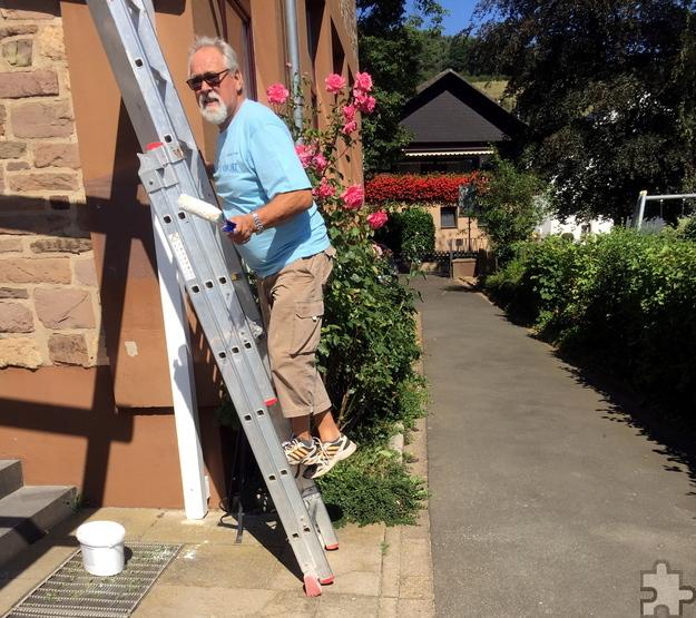 Auch Ortsvorsteher Robert Ohlerth packte zur Farbrolle und strich die Holzbalken mit an. Foto: Privat/pp/Agentur ProfiPress