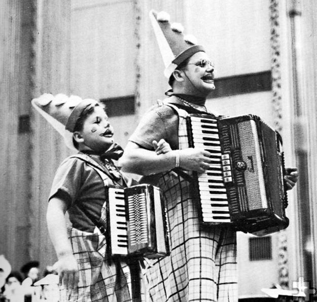 Helmut Steingass stand schon als Kind mit seinem Vater Toni auf der Bühne; hier im großen Sendesaal des WDR. Foto: Steingass/pp/Agentur Profipress