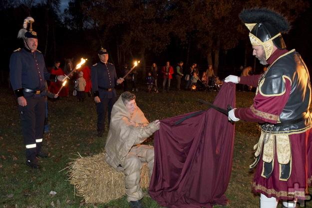 Am Feuer teilt St. Martin den Mantel mit einem Bettler. Foto: Hans-Theo Gerhard/LVR/pp/Agentur ProfiPress