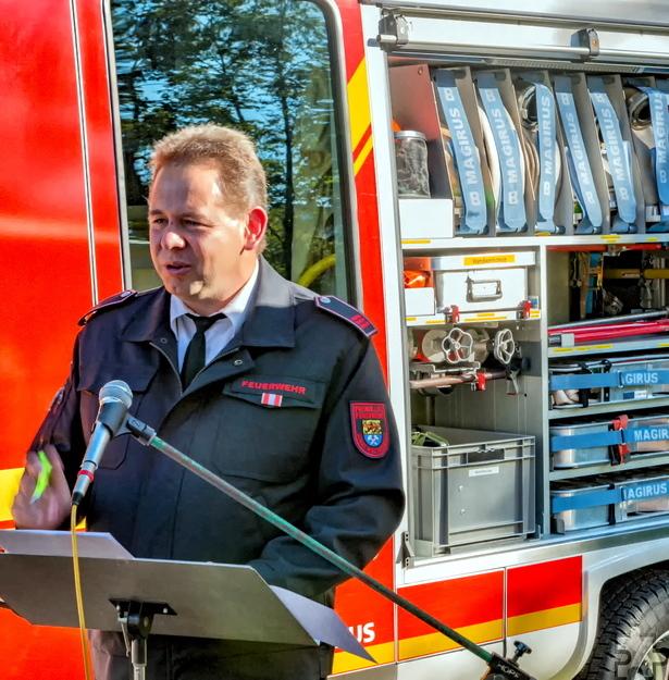 Löschgruppenführer Gerd Reitz stellte das neue Feuerwehrfahrzeug vor und dankte den zahlreichen Unterstützern, darunter auch Verwaltung und Rat der Stadt Mechernich. Foto: Toni Reitz/Löschgruppe Lorbach/pp/Agentur ProfiPress